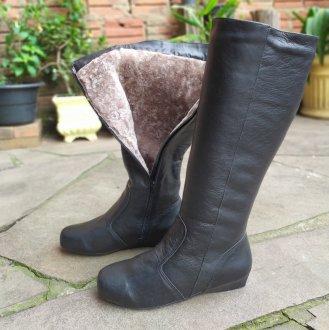 Imagem - Bota couro forrada em lã salto anabela