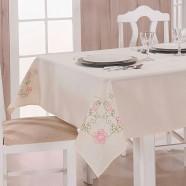 Toalha de Mesa Bordada Dália Palha e Pink Guga Tapetes
