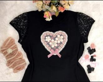 Imagem - T-Shirt Blessing Preta de Coração com Manga de Renda