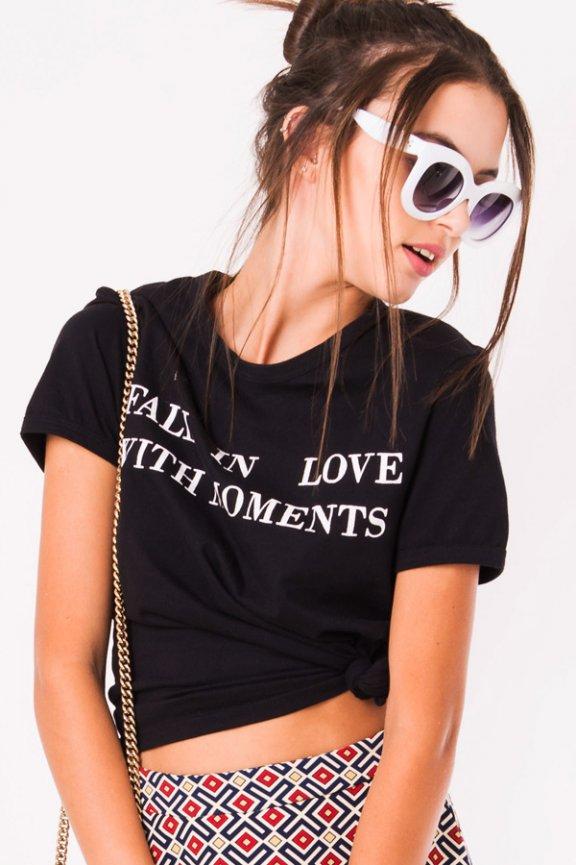 T-shirt Cropped com Estampa de Lettering