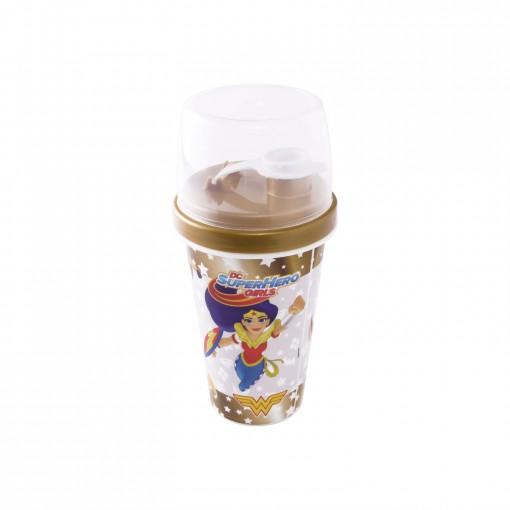 Mini Shakeira de Plástico 320 ml com Misturador, Fechamento Rosca e Sobretampa Articulável Super Hero Girls