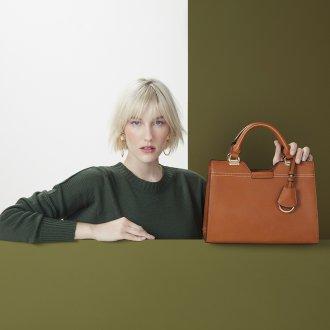 Bolsa Caramelo com Bag Charm V20 6