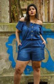 Imagem - Macaquinho Jeans Feminino Plus size