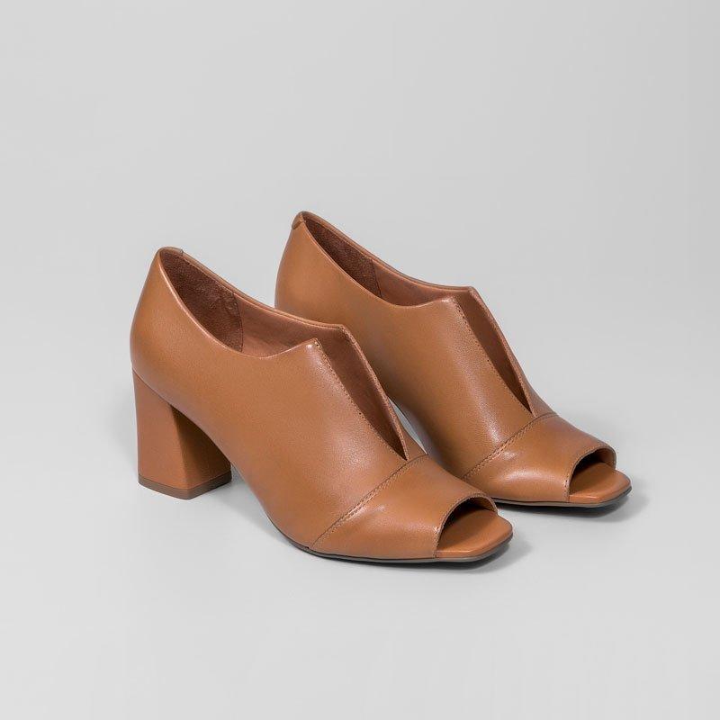 14ee3fe50 Sapato Salto Grosso Cava V Giulia Domna em Couro Camel - MM Concept