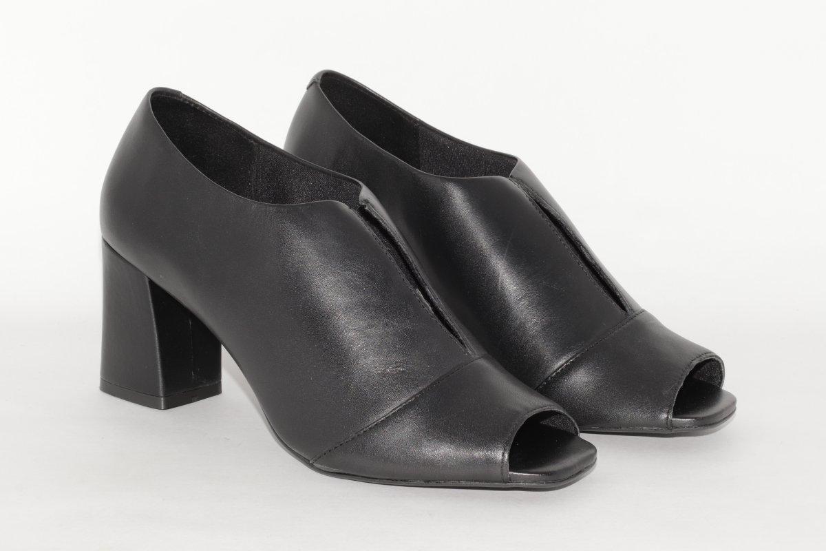 0f019faee Sapato Salto Grosso Cava V Giulia Domna em Couro Preto - MM Concept
