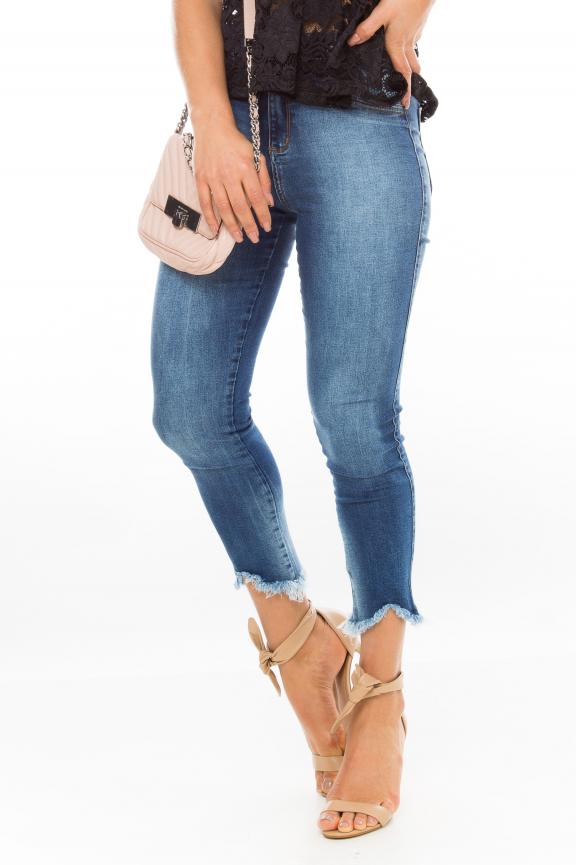 Calça Jeans com Barra Irregular