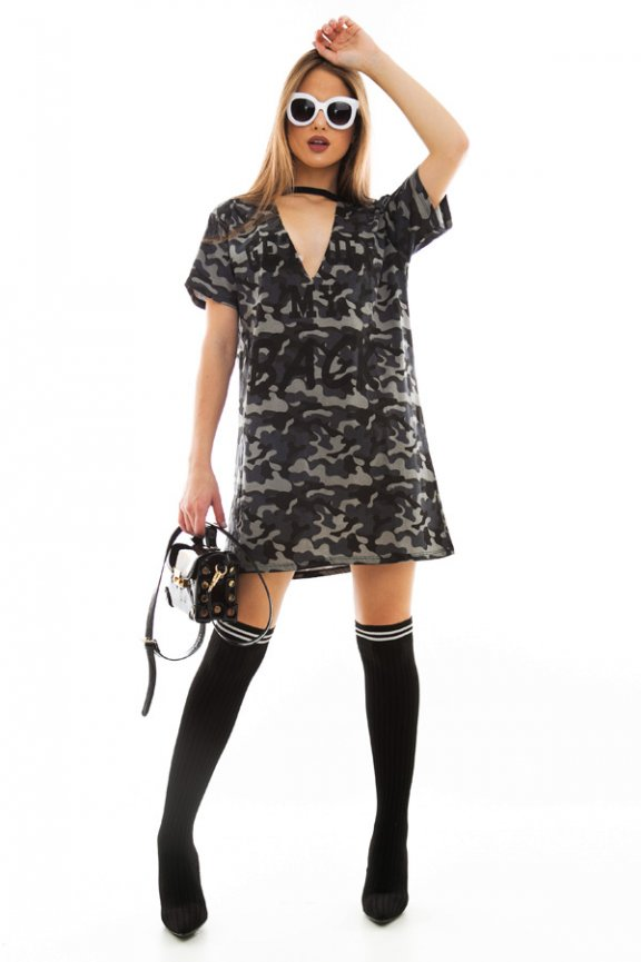 T-shirt Dress com Gola Choker