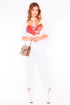 Imagem - T-shirt Estampa Frontal com Recortes no Colo