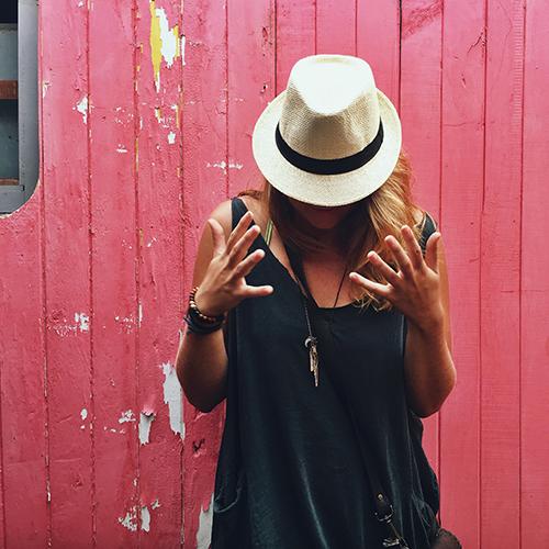 Dica  O chapéu de praia estilo carioquinha é perfeito para utilizar  combinando com a bolsa de praia listrada colorida. O look vai ficar um  arraso! cea7ab82fdf