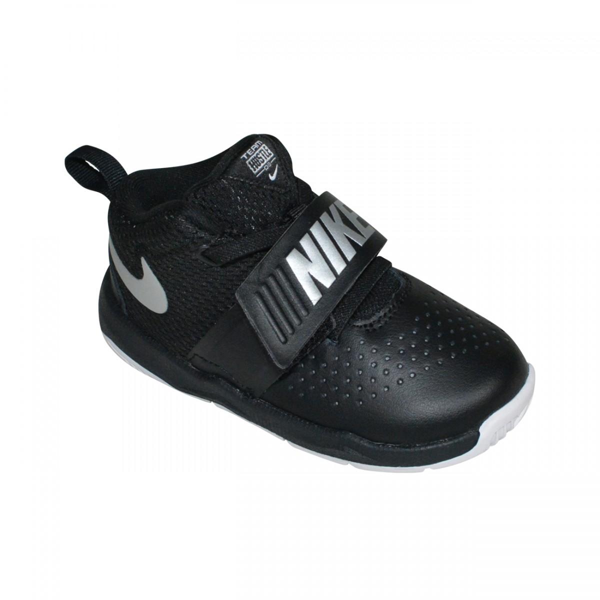 4d90944f66a Tenis Nike Team Hustle D8 TD Infantil 881943 001 - Preto Preto Prata - Chuteira  Nike