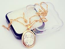 Medalha Oval Folheada a Ouro com Prata N. S. das Graças